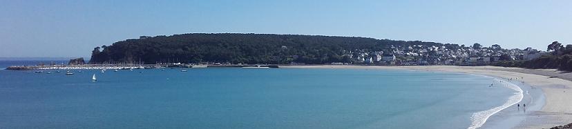 Vue sur la plage et le port de plaisance de Morgat